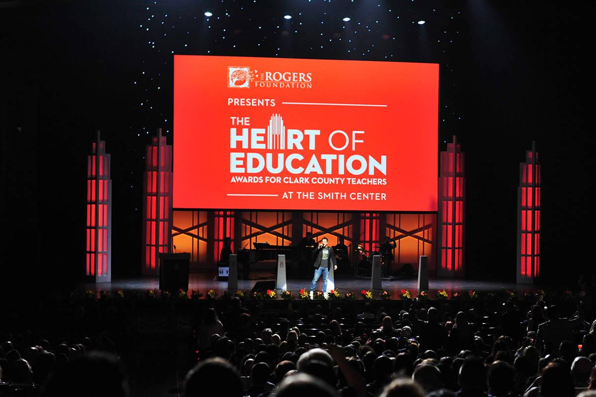 La voz de los Golden Knights de Las Vegas, Mark Shunock, anima a la audiencia durante los Premi ...