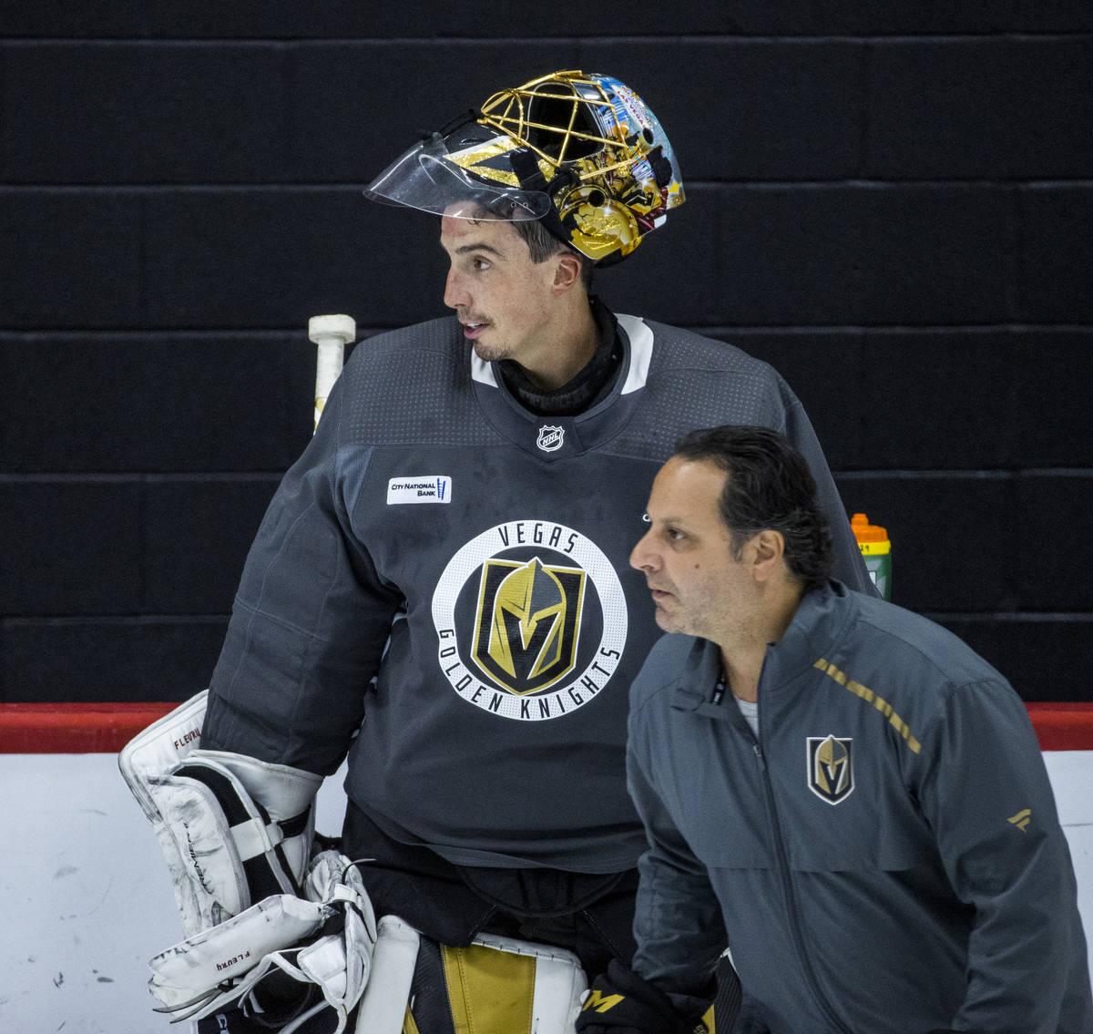 El portero de los Golden Knights de Las Vegas, Marc-André Fleury (29), mira el hielo con el en ...