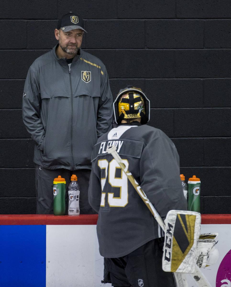 El portero de los Golden Knights de Las Vegas, Marc-André Fleury (29), habla con el entrenador ...