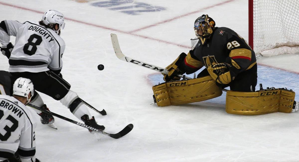 El portero de los Golden Knights de Las Vegas, Marc-André Fleury (29), hace una atajada en un ...