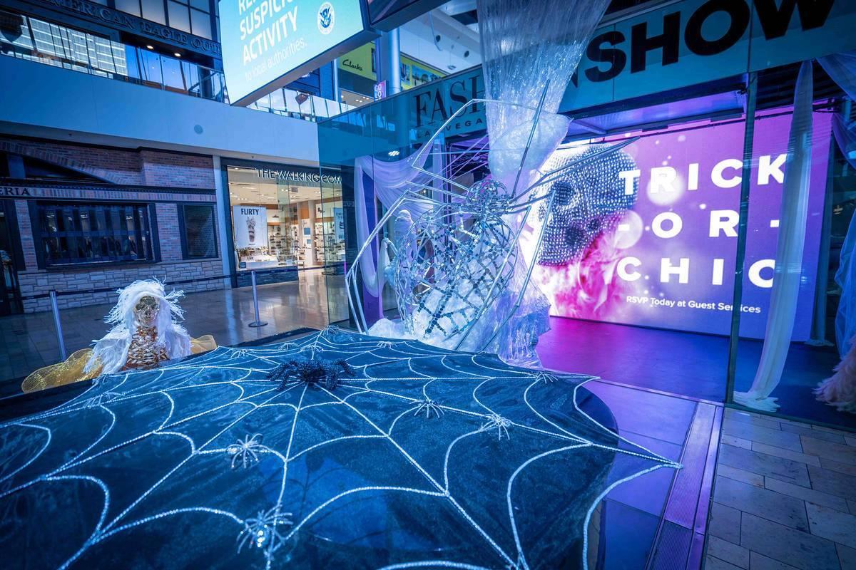 The Great Hall cuenta con una instalación de telaraña y una exhibición de moda de momias. [F ...