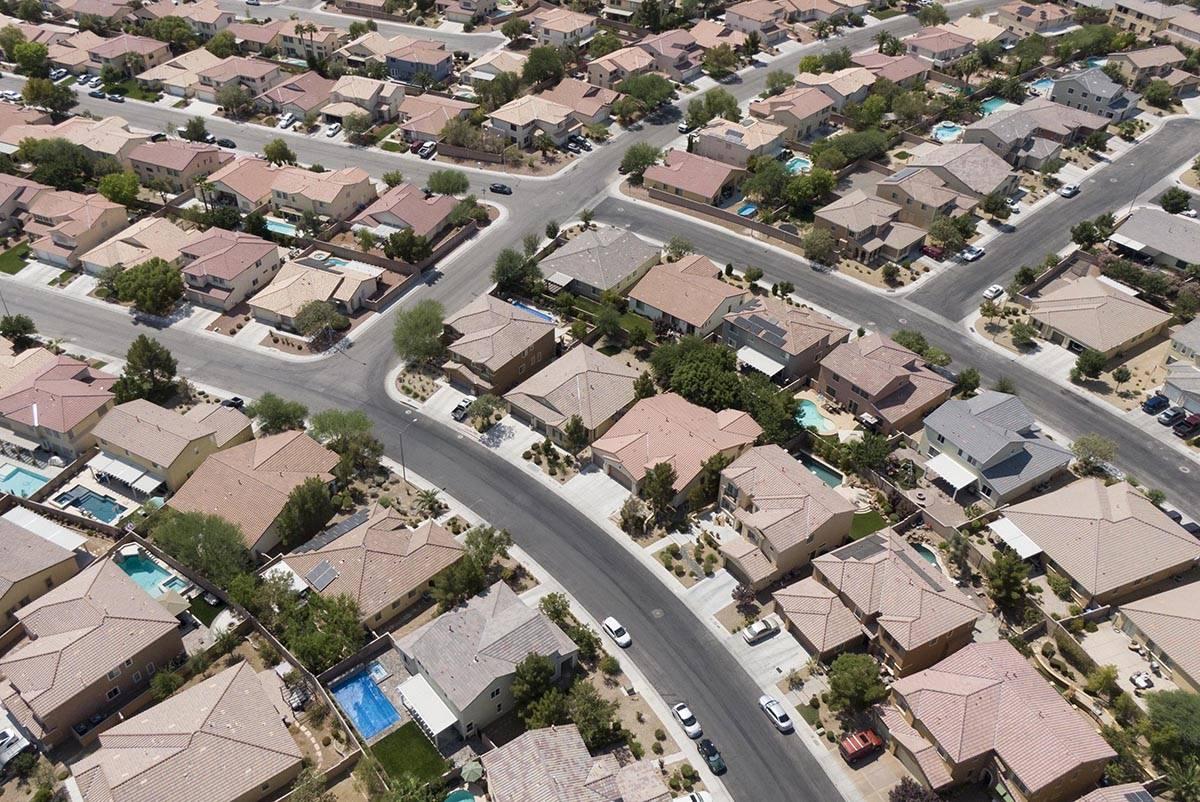 Una vista aérea de las casas cerca de la Avenida Night Owl Bluff y la calle West Gentle Brook ...
