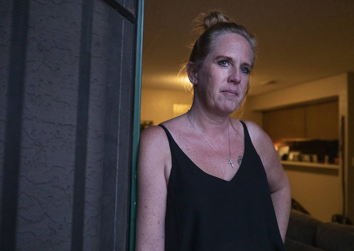 Angela Jones, de 49 años, es fotografiada en su apartamento de Las Vegas el martes, 20 de octu ...