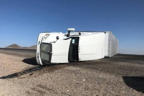Un semirremolque fue arrastrado por los fuertes vientos en la U.S. 95 al sur de Tonopah el domi ...
