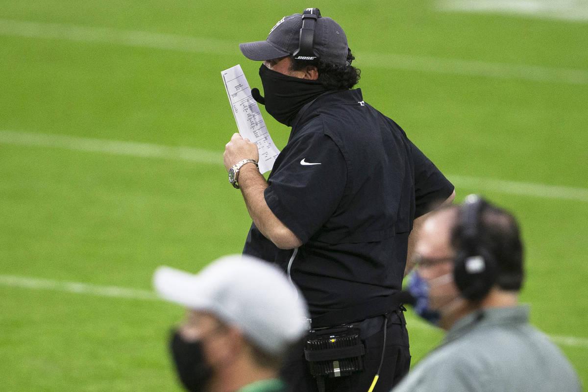 El coordinador defensivo de los Raiders de Las Vegas, Paul Guenther, grita las jugadas desde la ...