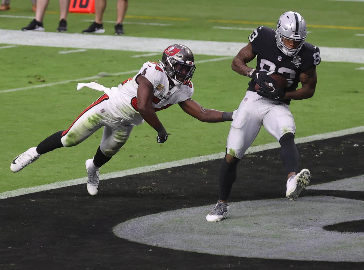 El tight end de los Raiders de Las Vegas, Darren Waller (83), hace un pase de touchdown frente ...