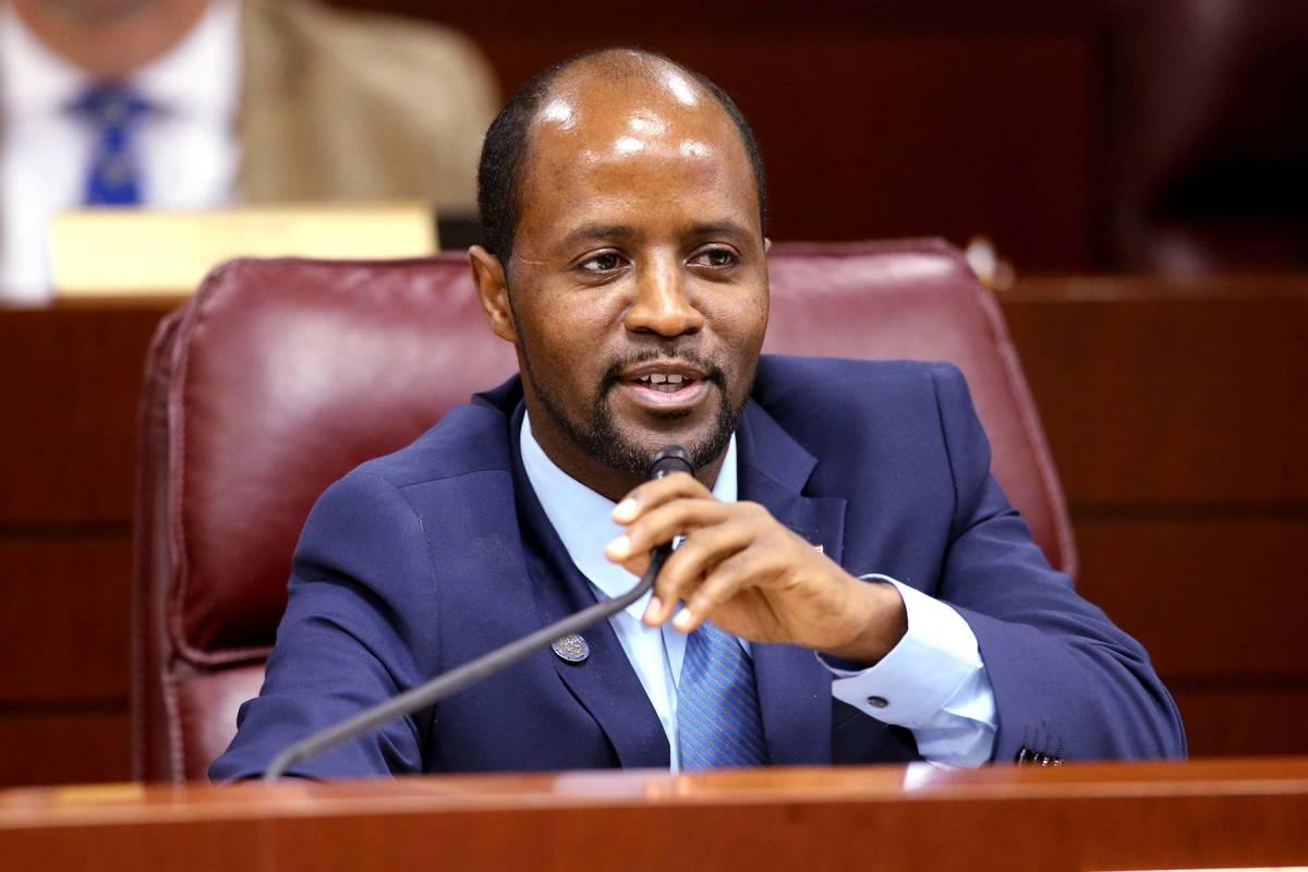 El asambleísta Alexander Assefa, demócrata por Las Vegas, hace una pregunta durante una reuni ...