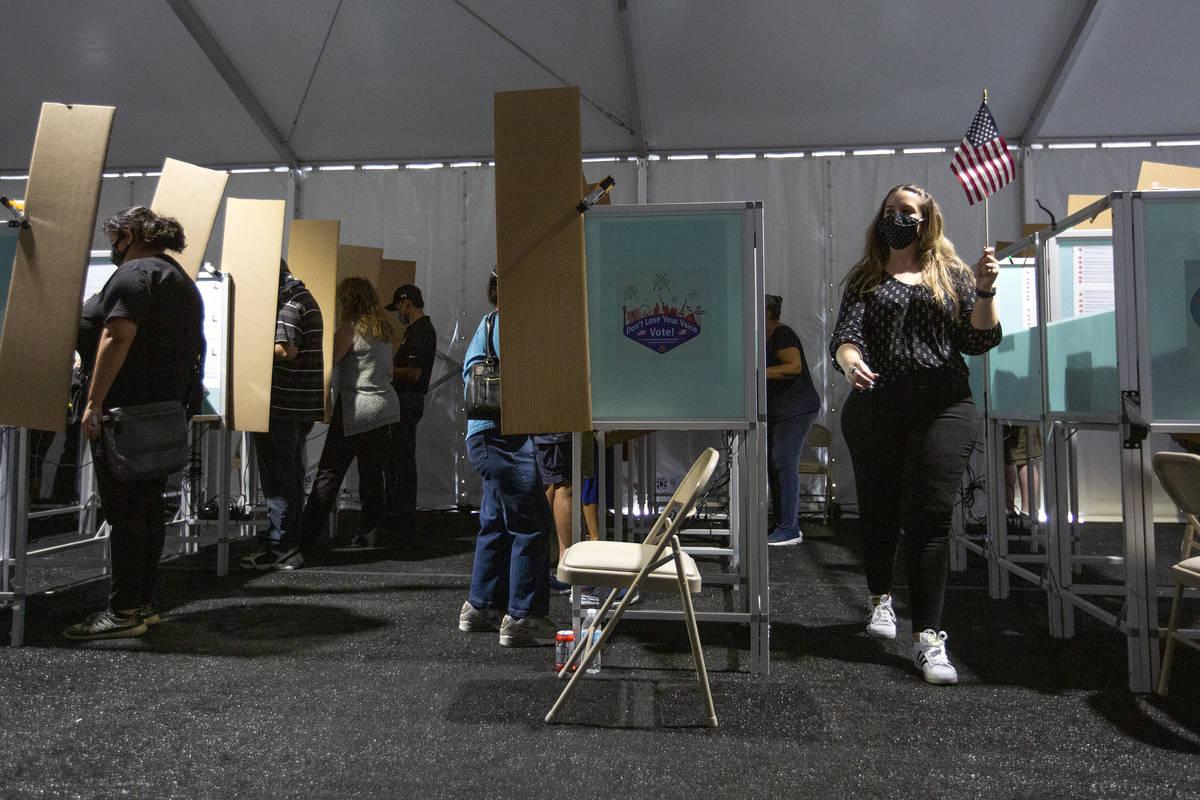 El centro de votación anticipada de Boulevard Mall está lleno con una fila afuera el sábado, ...