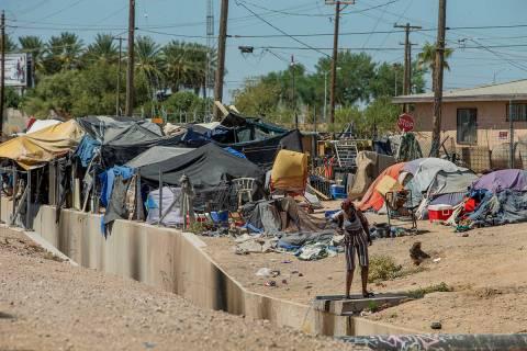 """Desamparados comienzan su día como miembros de """"Food Not Bombs"""" y el Sidewalk Project trabajan ..."""