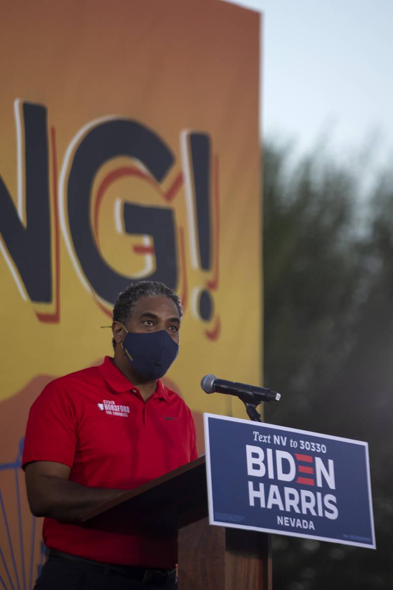 El representante Steven Horsford, demócrata por Nevada, habla delante de la candidata a la vic ...