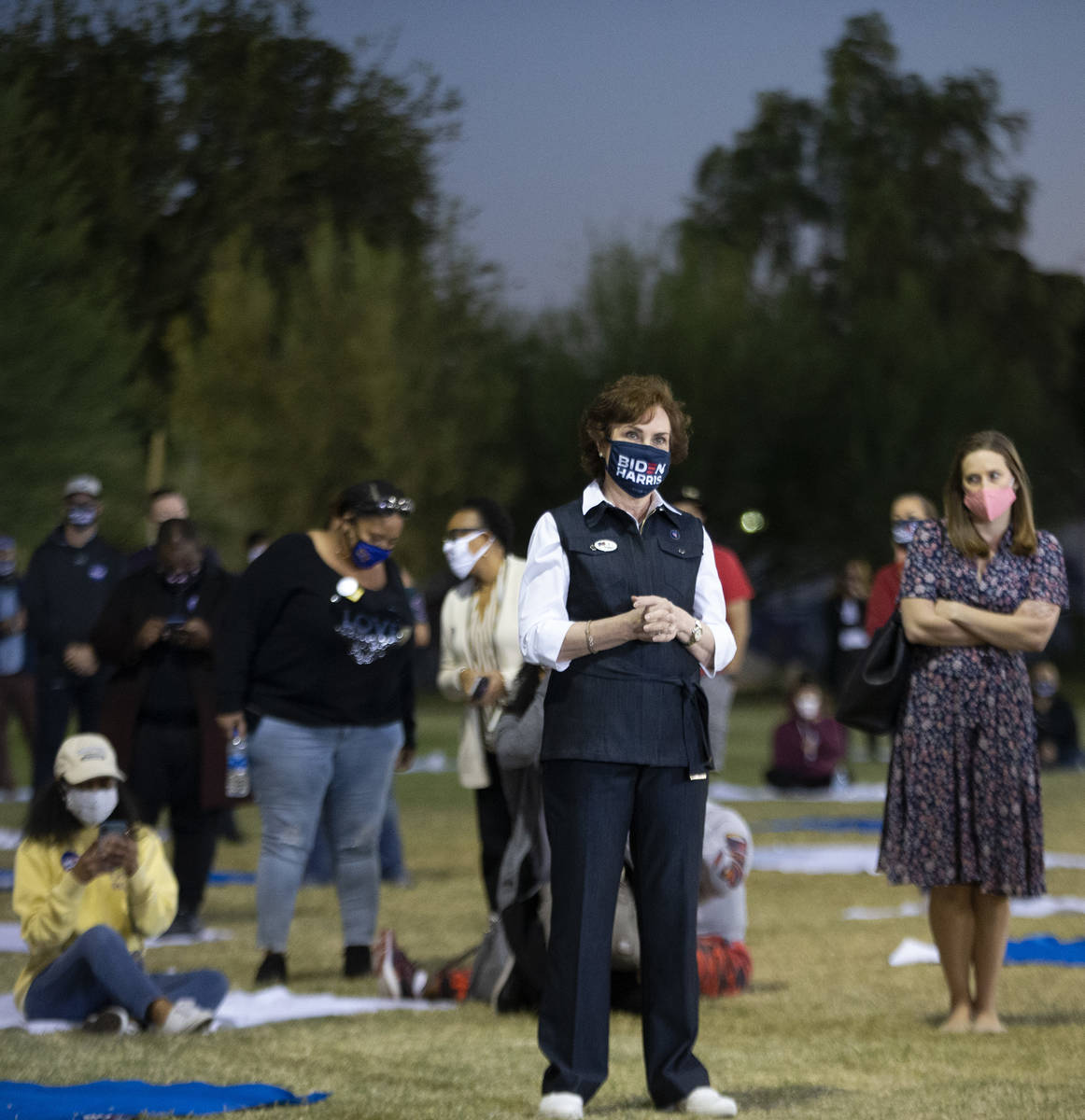 La senadora Jacky Rosen, demócrata por Nevada, observa a la candidata a la vicepresidencia, la ...