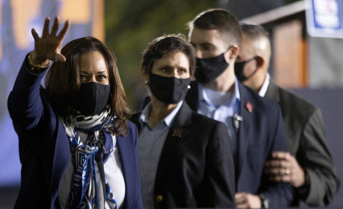 La candidata a la vicepresidencia, la senadora Kamala Harris, se despide del público tras el a ...