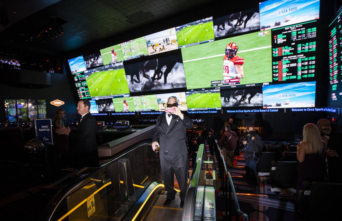 Los invitados exploran el Circa Sportsbook durante el evento VIP de inauguración en el centro ...
