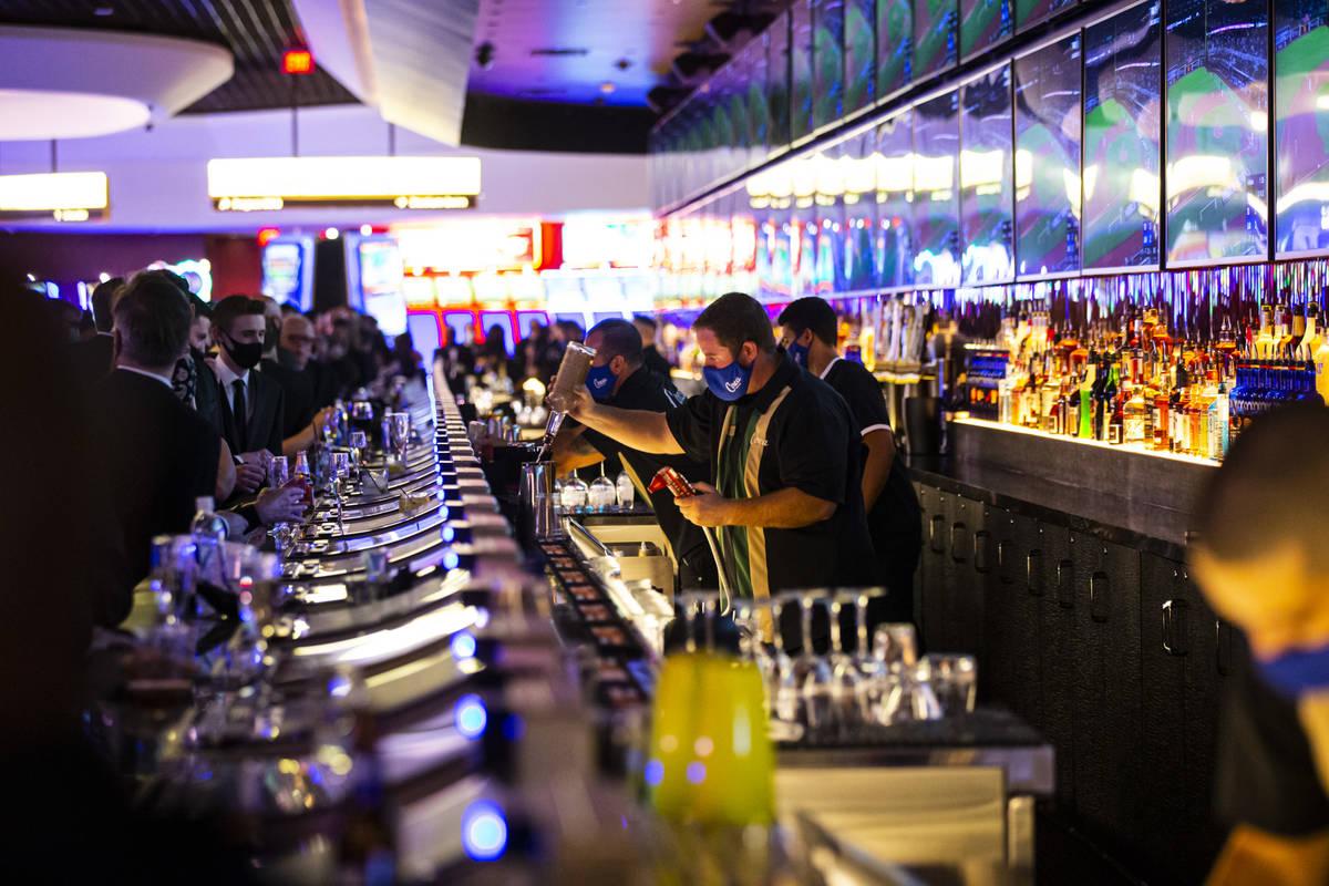 Bartenders preparan bebidas en Mega Bar de Circa durante el gran evento de inauguración VIP en ...