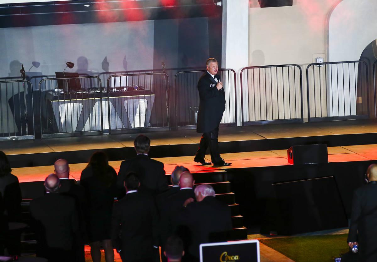 El dueño de Circa, Derek Stevens, habla en el Stadium Swim durante el evento VIP de inauguraci ...