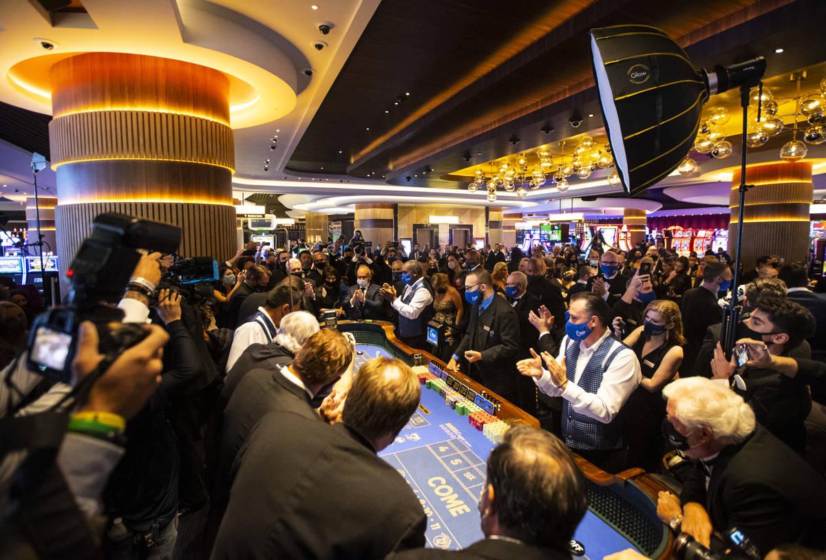 Los repartidores aplauden justo antes de que se tire el primer dado en una mesa de craps en Cir ...