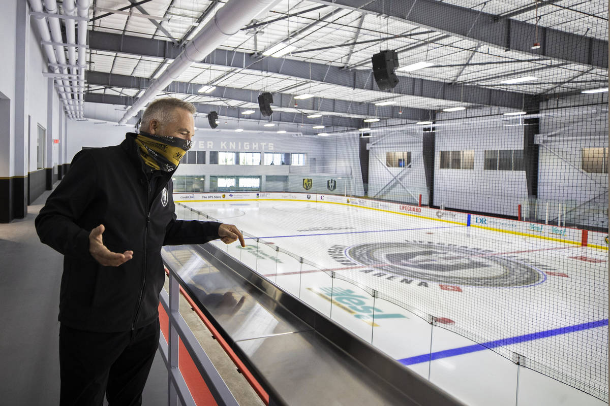 Darren Eliot, vicepresidente de programación de hockey y operaciones de las instalaciones, apu ...
