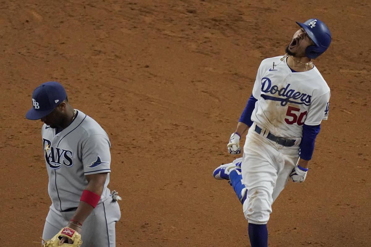 Mookie Betts de los Dodgers de Los Ángeles celebra después de un jonrón contra los Rays de T ...