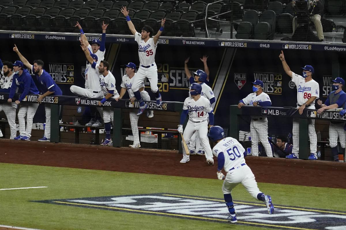 Mookie Betts de los Dodgers de Los Ángeles ronda las bases tras un jonrón contra los Tampa Ba ...