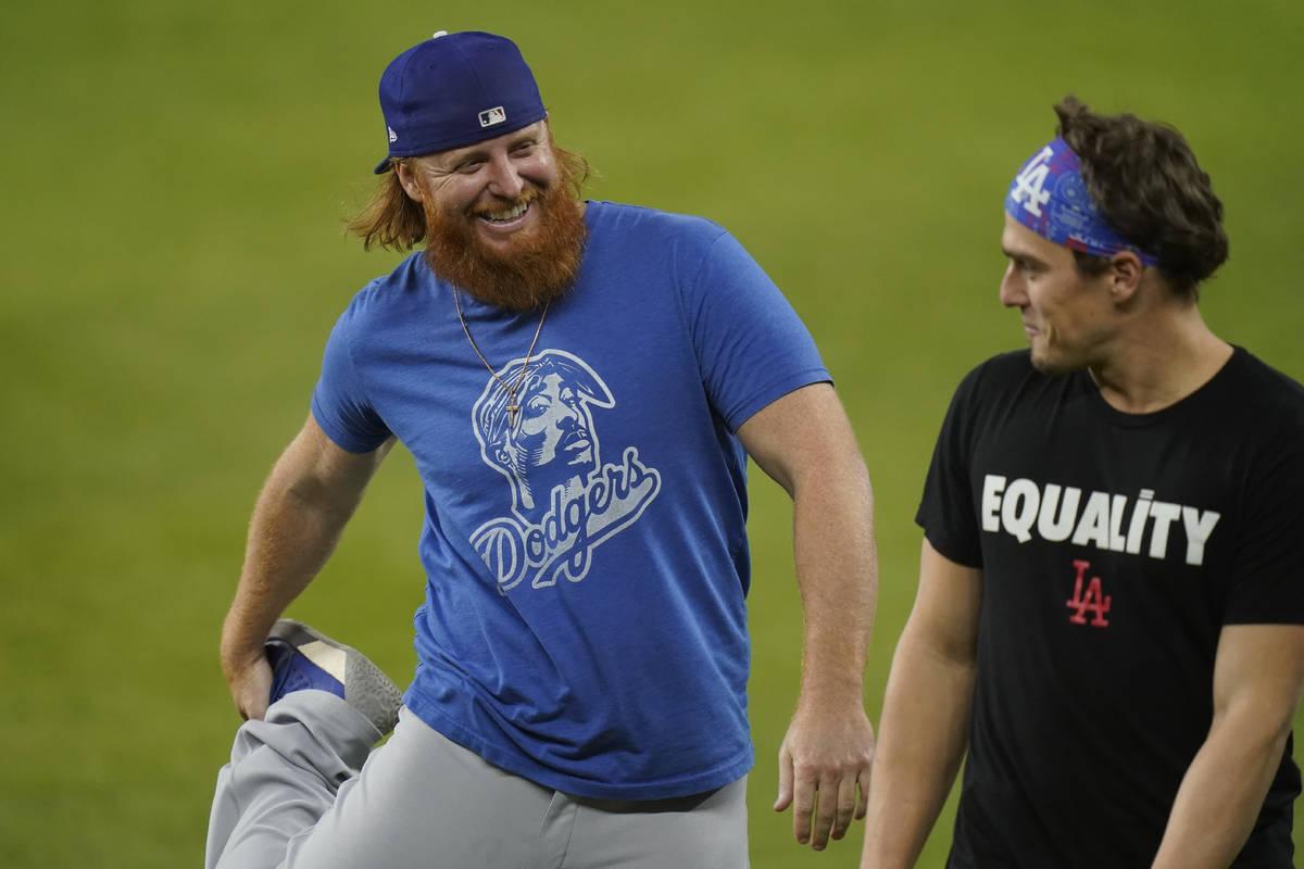 El tercera base de los Dodgers de Los Ángeles, Justin Turner, izquierda, y el segunda base, En ...
