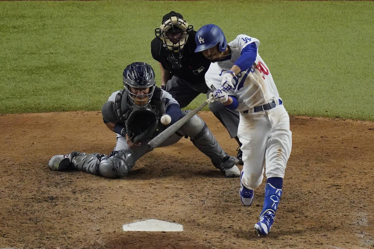 Mookie Betts de los Dodgers de Los Ángeles batea un jonrón contra los Tampa Bay Rays durante ...