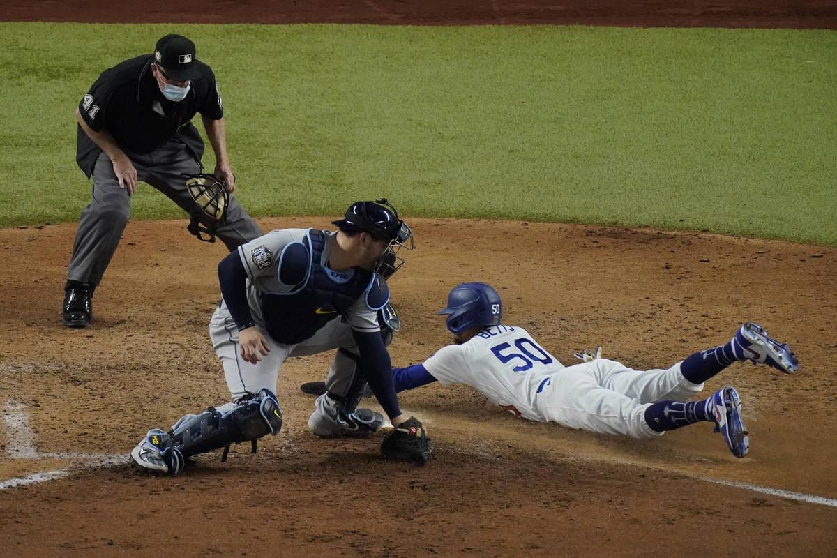 Mookie Betts de los Dodgers de Los Ángeles anota durante la sexta entrada del sexto juego de l ...