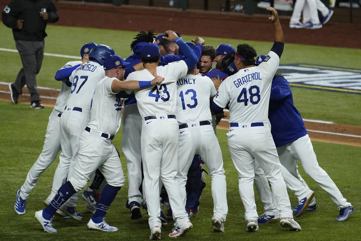 Los Dodgers de Los Ángeles celebran después de derrotar a los Tampa Bay Rays por 3 a 1 para g ...