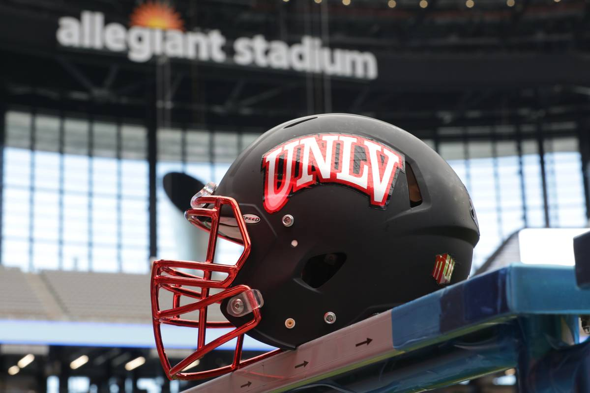 Un casco de fútbol de la UNLV se ve dentro del Estadio Allegiant, donde el equipo jugará sus ...