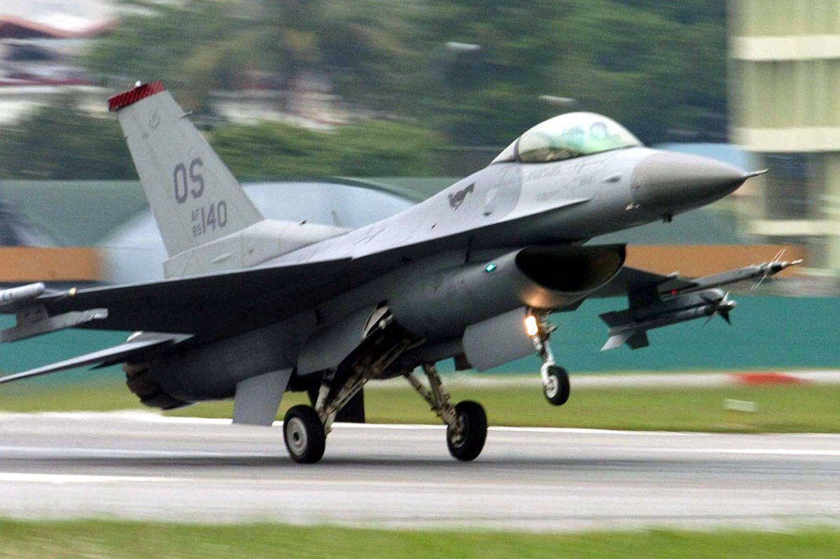 Un F-16 Fighting Falcon (foto de la Fuerza Aérea de Estados Unidos por el Sargento Mayor, Val ...