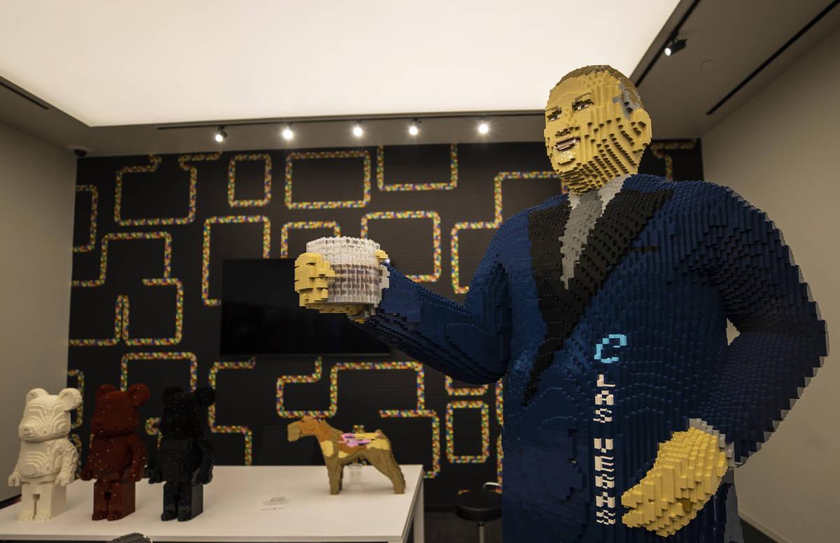 Una estatua de Legos de tamaño real del ejecutivo Derek Stevens en Circa el lunes, 19 de octub ...