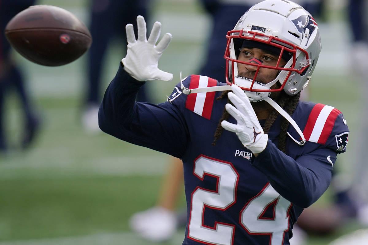 El cornerback de los New England Patriots, Stephon Gilmore, calienta antes de un partido de fú ...
