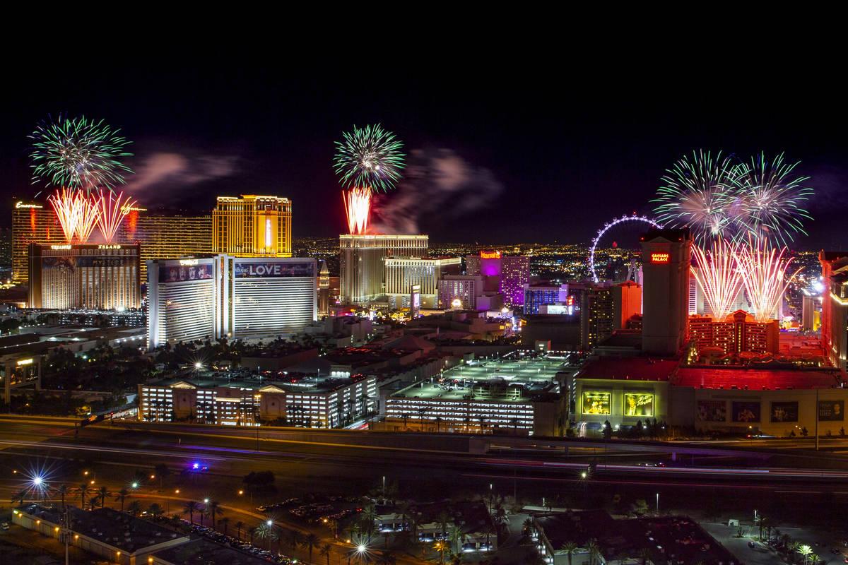 Fuegos artificiales de la víspera de Año Nuevo estallan sobre el Strip, vistos desde el VooDo ...