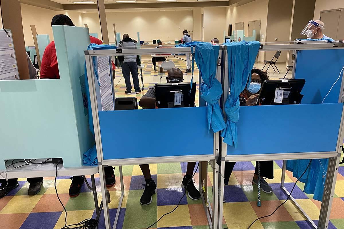 Votantes en Pearson Community Center de Las Vegas el viernes, 30 de octubre de 2020, el último ...