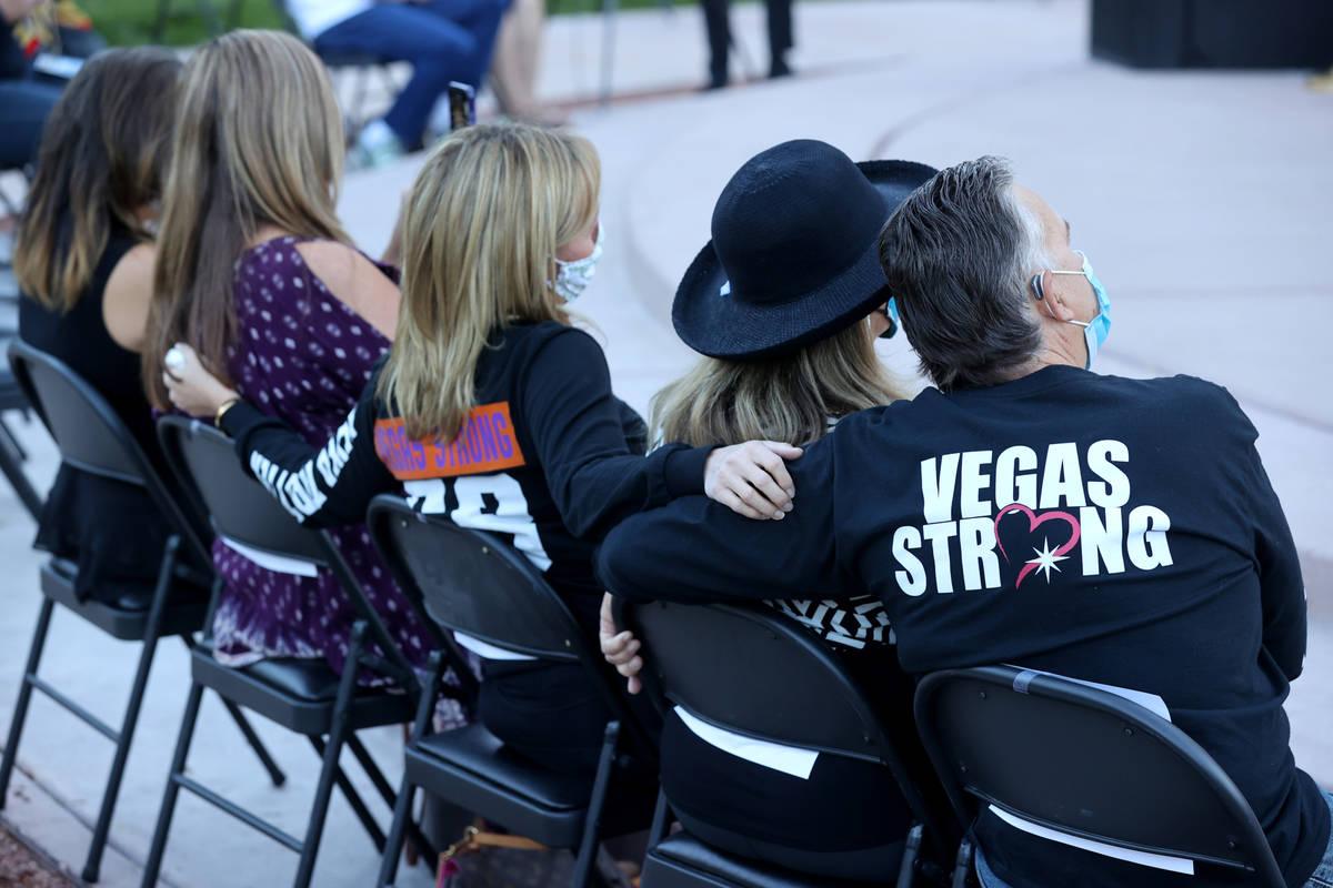 Sobrevivientes del Route 91 durante la ceremonia de recuerdo del amanecer del 1º de octubre en ...