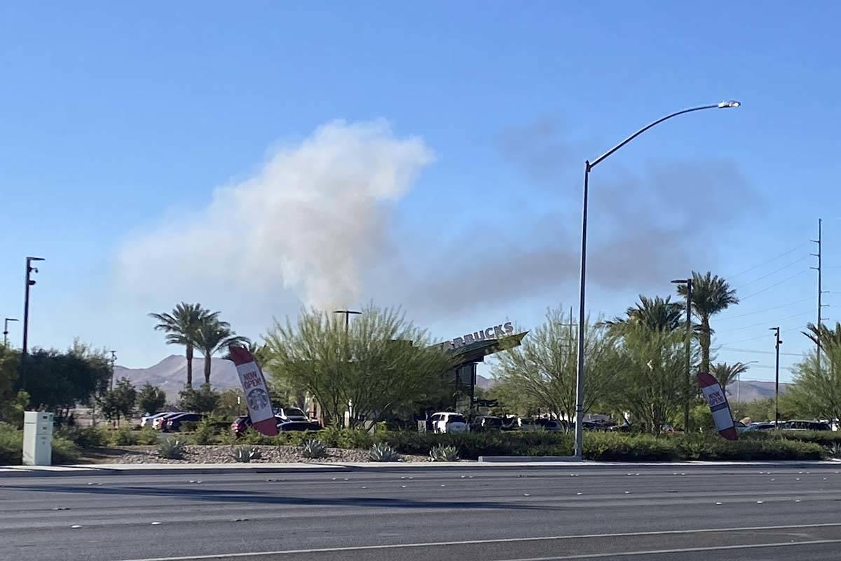 Se puede ver humo desde Blue Diamond Road y Valley View Boulevard después del reporte de un ac ...