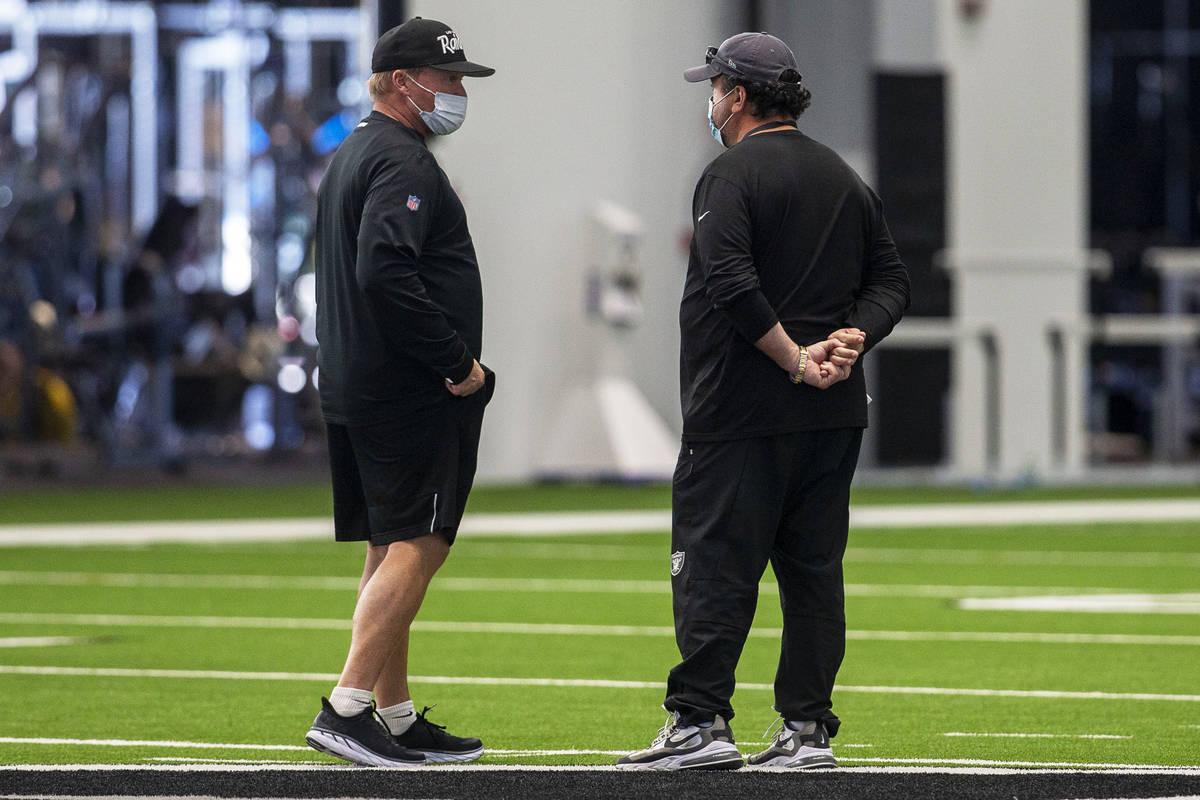 El entrenador principal de los Raiders de Las Vegas, Jon Gruden, izquierda, y el coordinador de ...