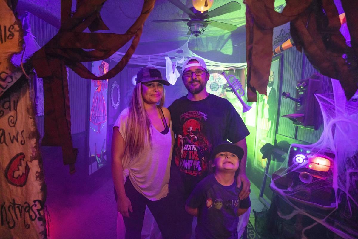 Tiffany García, izquierda, Leroy García, centro, y su hijo Logan, de seis años, en su atracc ...