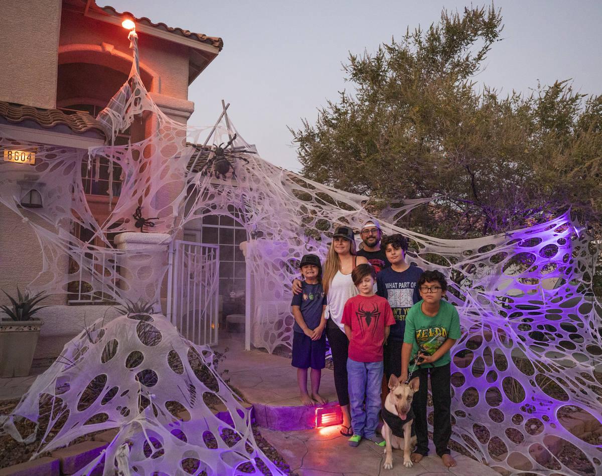 Tiffany y Leroy García con sus cuatro hijos frente a su casa en Las Vegas el lunes, 19 de octu ...