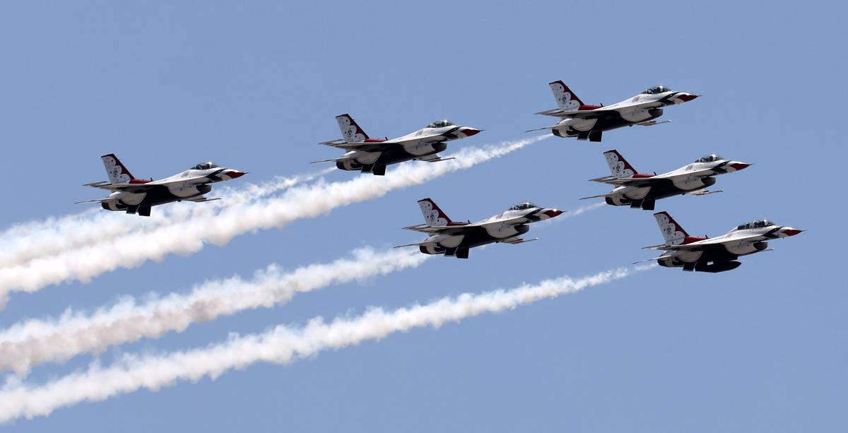 Los Thunderbirds de la Fuerza Aérea de EE.UU. vuelan sobre el Strip en Las Vegas visto desde T ...