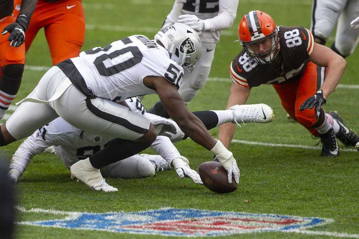 El linebacker de los Raiders de Las Vegas, Nicholas Morrow (50), recupera un balón perdido por ...