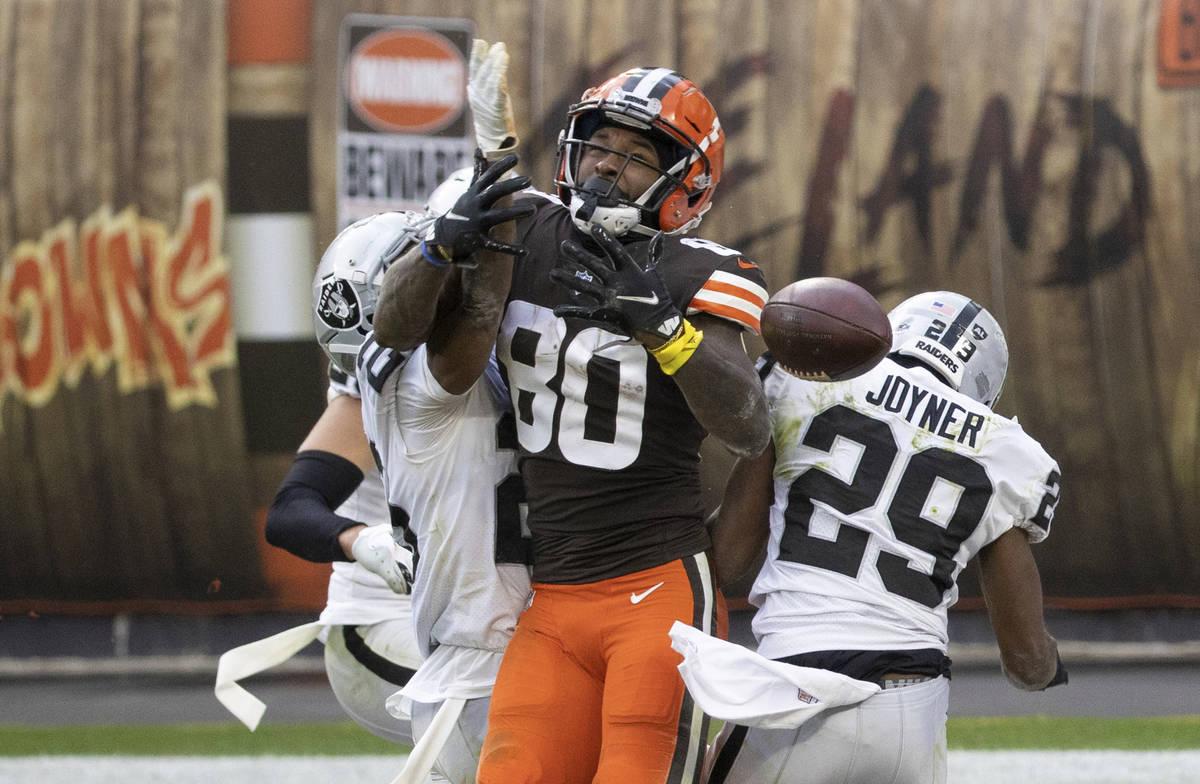 El receptor de los Cleveland Browns, Jarvis Landry (80), deja caer un pase frente al safety de ...