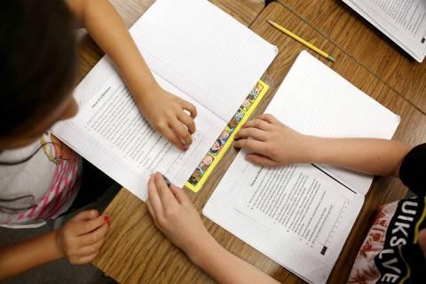 En esta foto de archivo, los estudiantes de tercer grado trabajan en habilidades científicas d ...