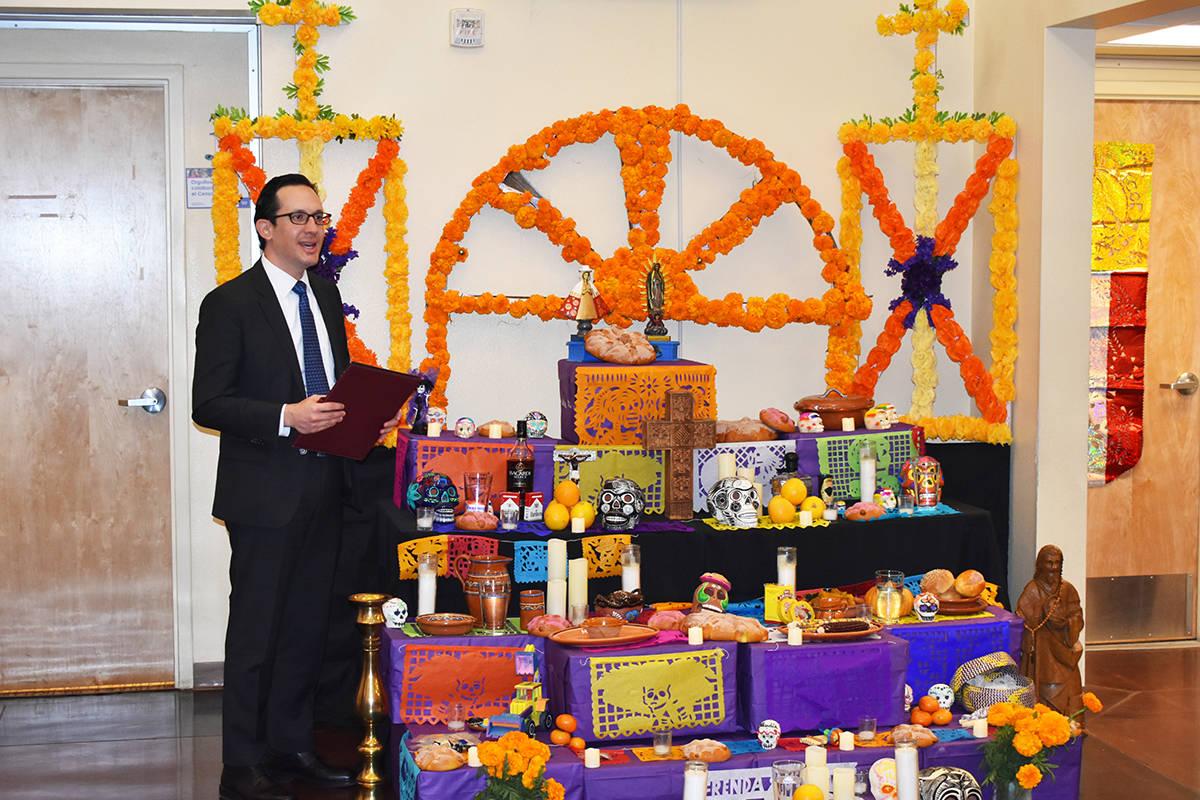El cónsul de México en Las Vegas, Julián Escutia, explicó el significado del altar de muert ...