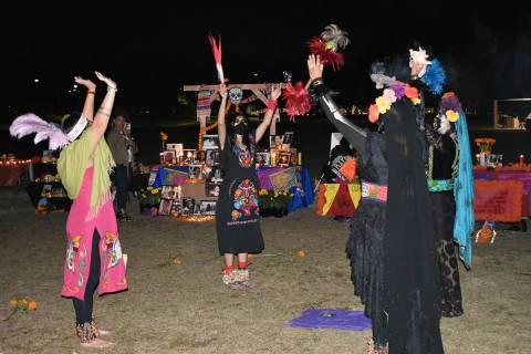 El grupo Calpulli Tlatelolco ofrece una danza azteca durante una celebración por el Día de Mu ...