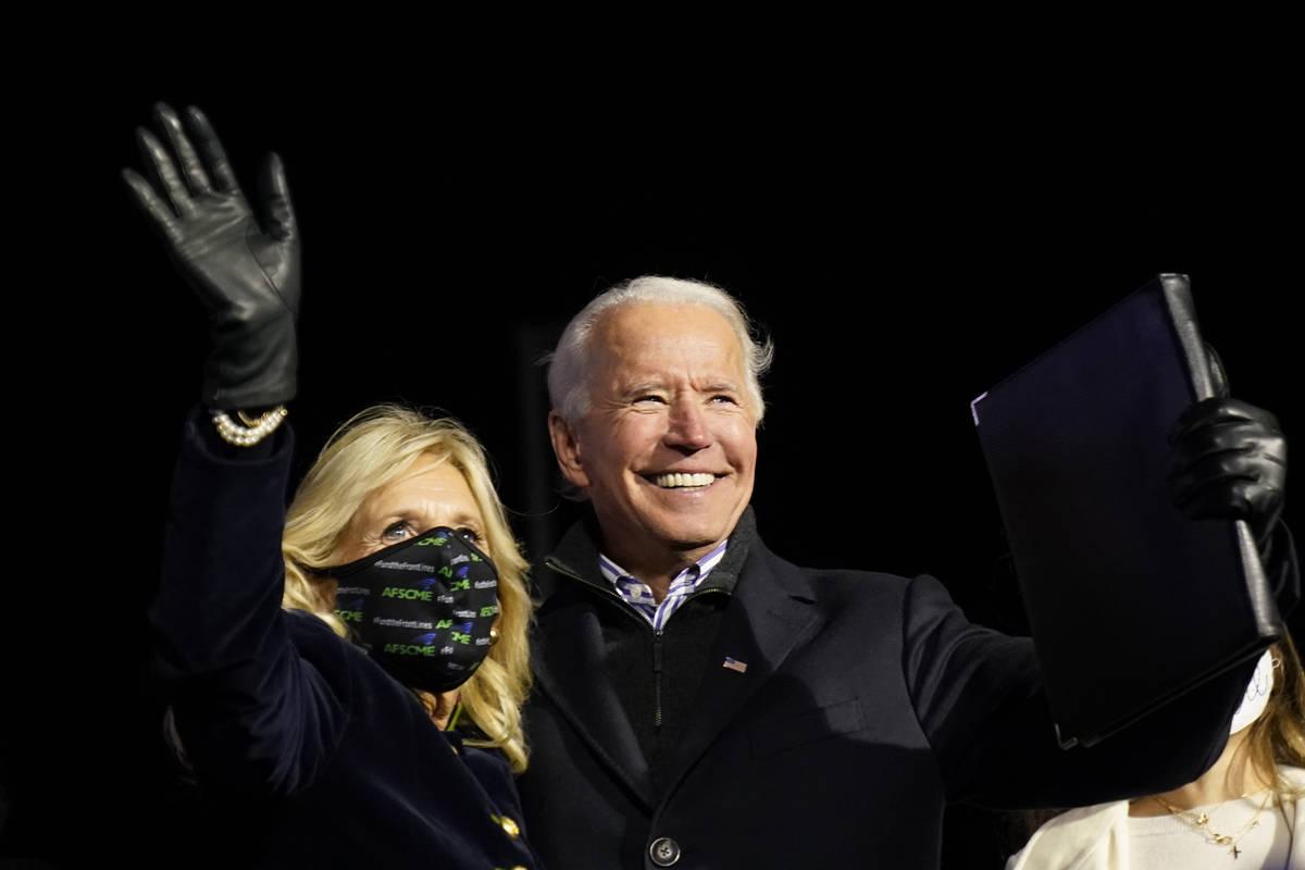 El candidato presidencial demócrata, el ex vicepresidente Joe Biden, junto a su esposa Jill Bi ...