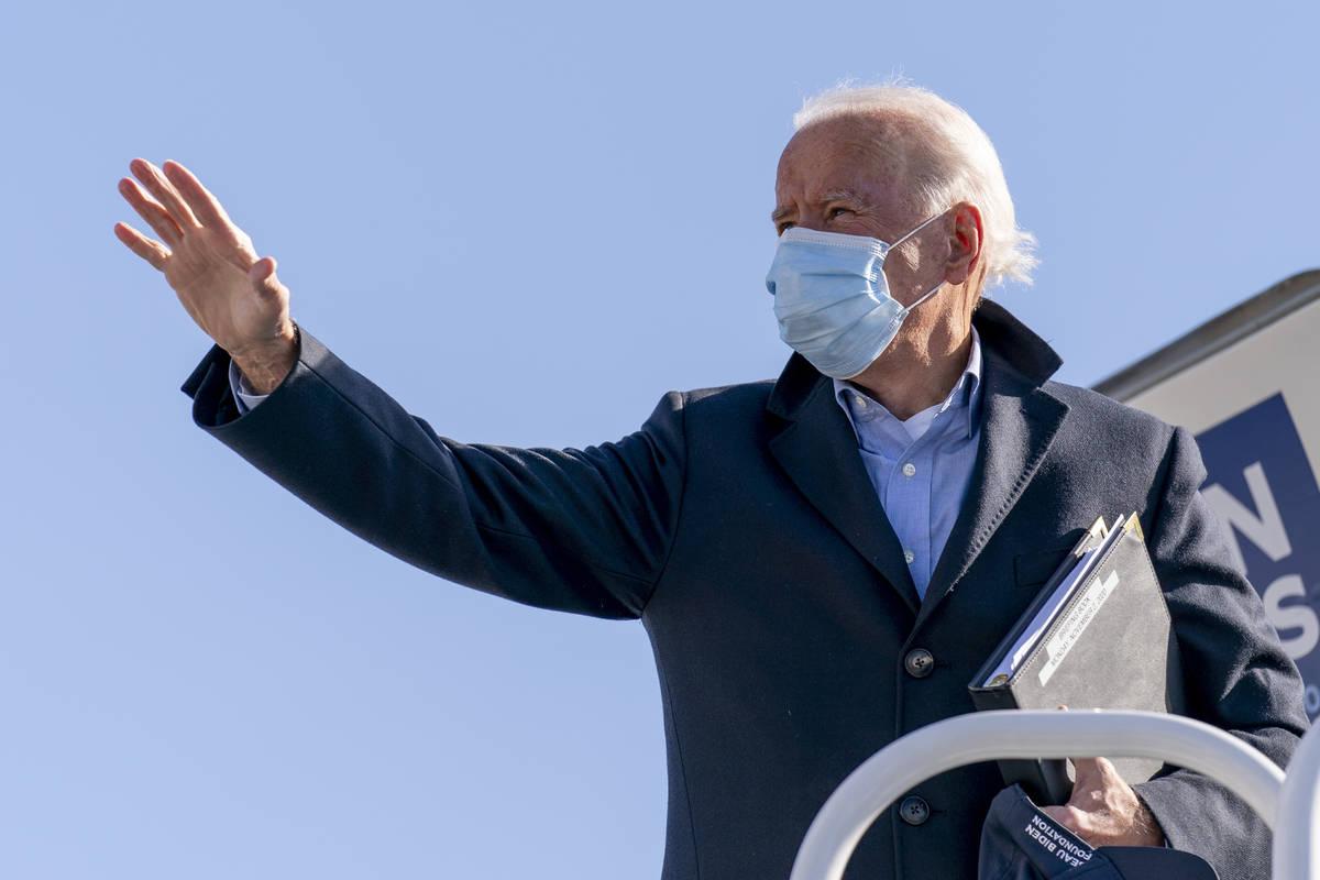 El candidato presidencial demócrata, el ex vicepresidente Joe Biden, sube a su avión de campa ...