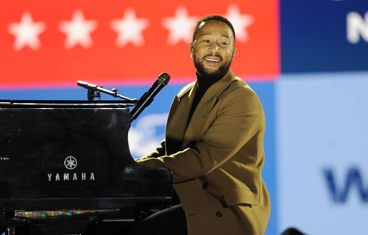 El músico John Legend toca el piano durante un mitin de la candidata demócrata a la vicepresi ...