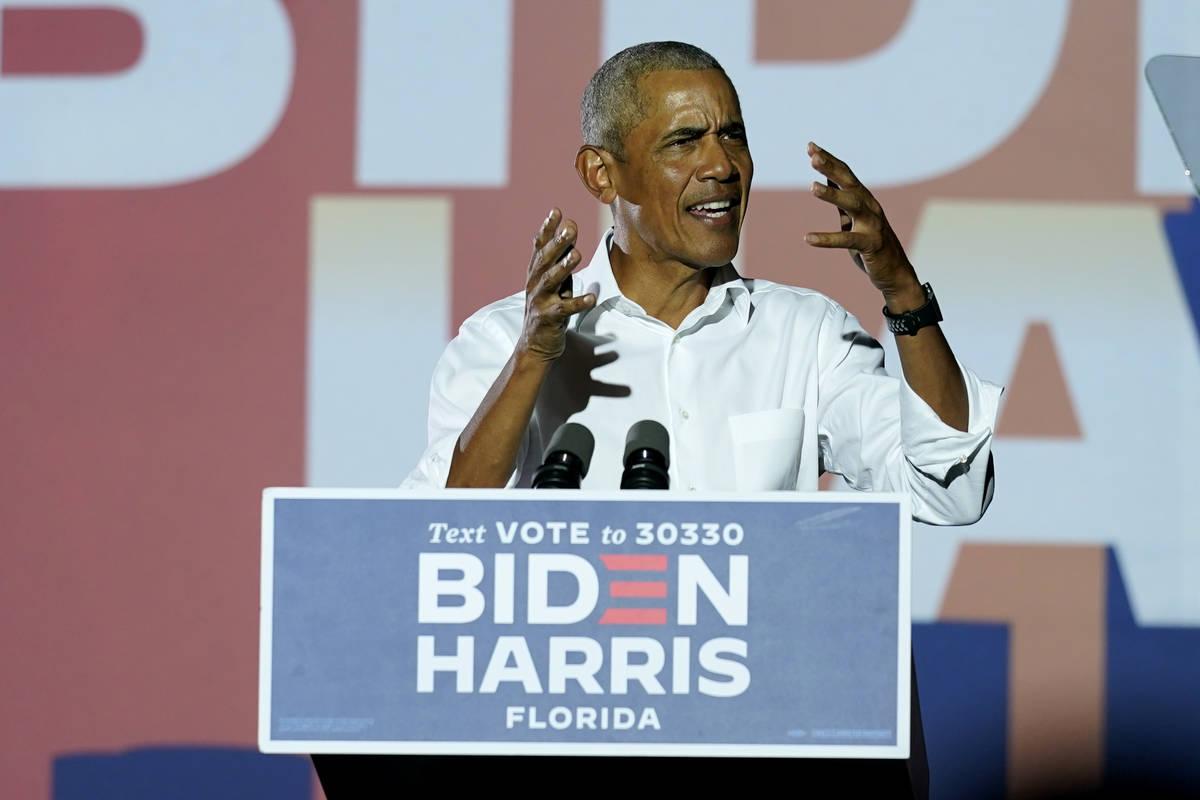 El ex presidente Barack Obama habla en un mitin mientras hace campaña por el candidato preside ...