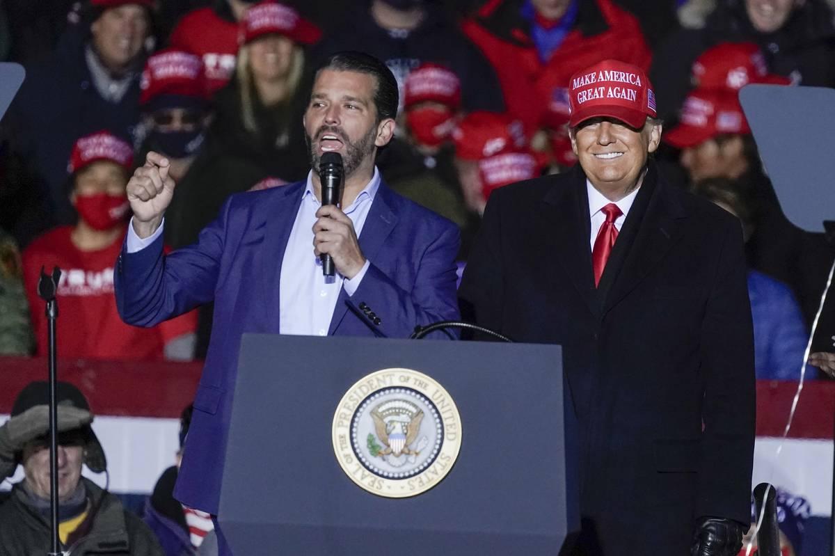 El presidente Donald Trump observa a Donald Trump Jr. hablar en un evento de campaña en el Aer ...