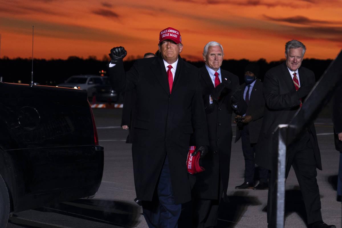 El presidente Donald Trump y el vicepresidente Mike Pence llegan a un mitin de campaña en el A ...